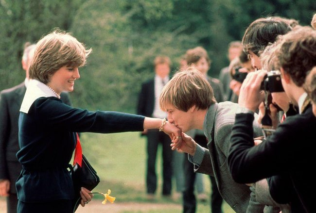 princess diana kiss